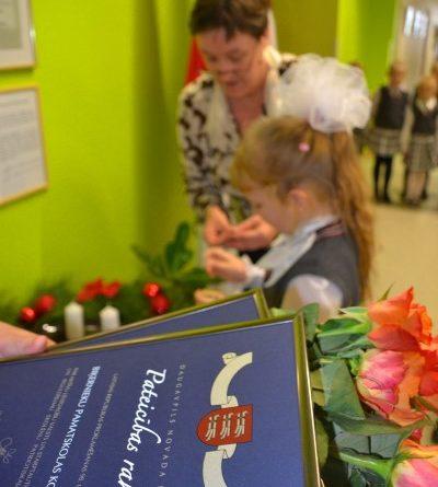 Biķernieku pamatskolas kolektīvam pasniegts Daugavpils novada domes pateicības raksts