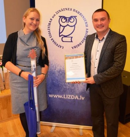Biķernieku pamatskolai pasniegts UNESCO Latvijas Nacionālās komisijas atzinības raksts